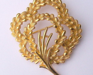 B78-goldtrifaribrooch-fron