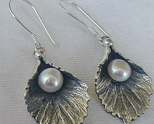 Silver_pearl_earrings-b