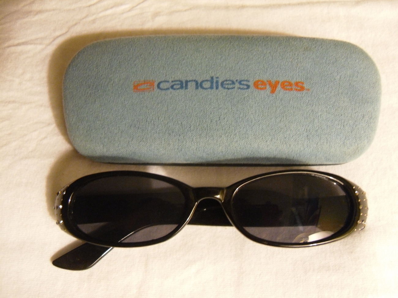 Black_sunglasses_with_case