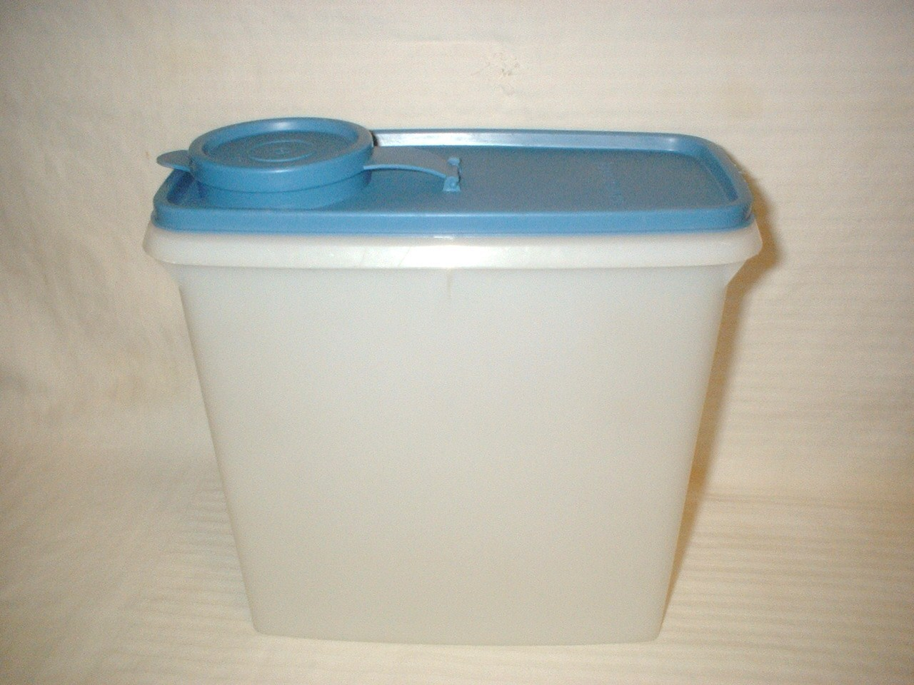 Vintage Tupperware Blue w  Sheer Seal Pitcher Space Saver w  Handle  469 EUC