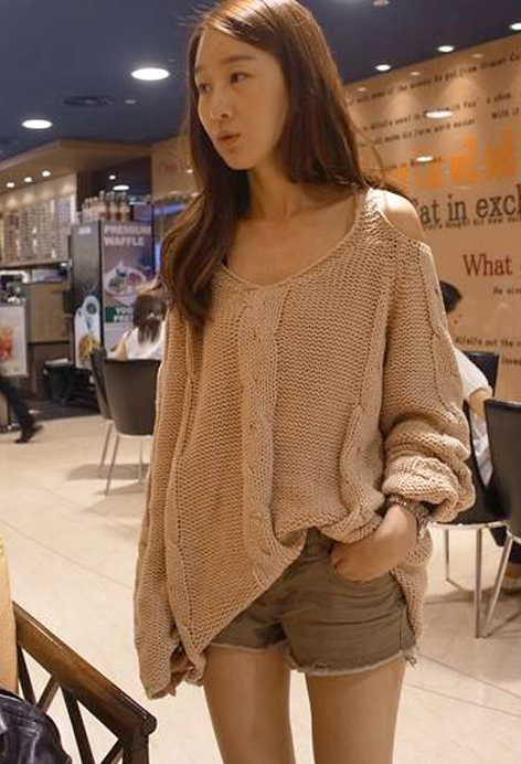 2012_autumn_winter_chunky_knit_loose_sweater_off_shoulder_beige_model