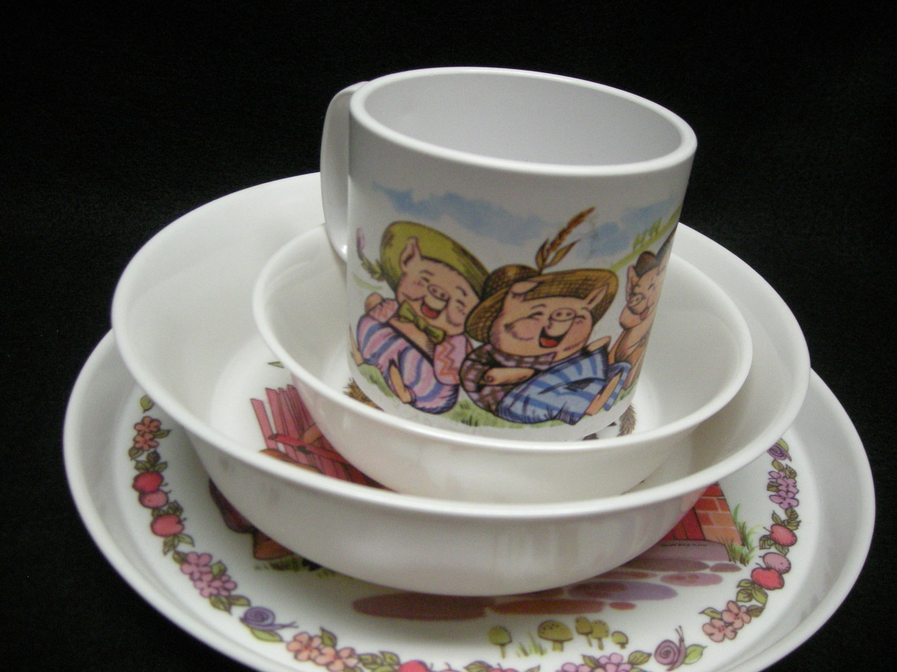 Childs 4pc Dinner Set.  Three Little Pigs By Oneida Ware. New.