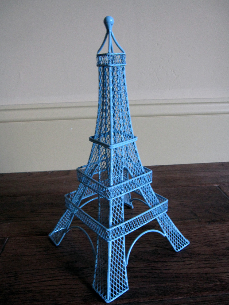 Earring holder eiffel tower defense