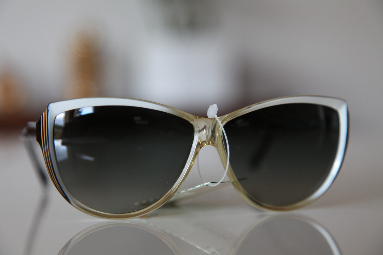 Polaroid Vintage Cat Eye Sunglasses Gold  Black  Pearl  Dark Polarizing Lenses