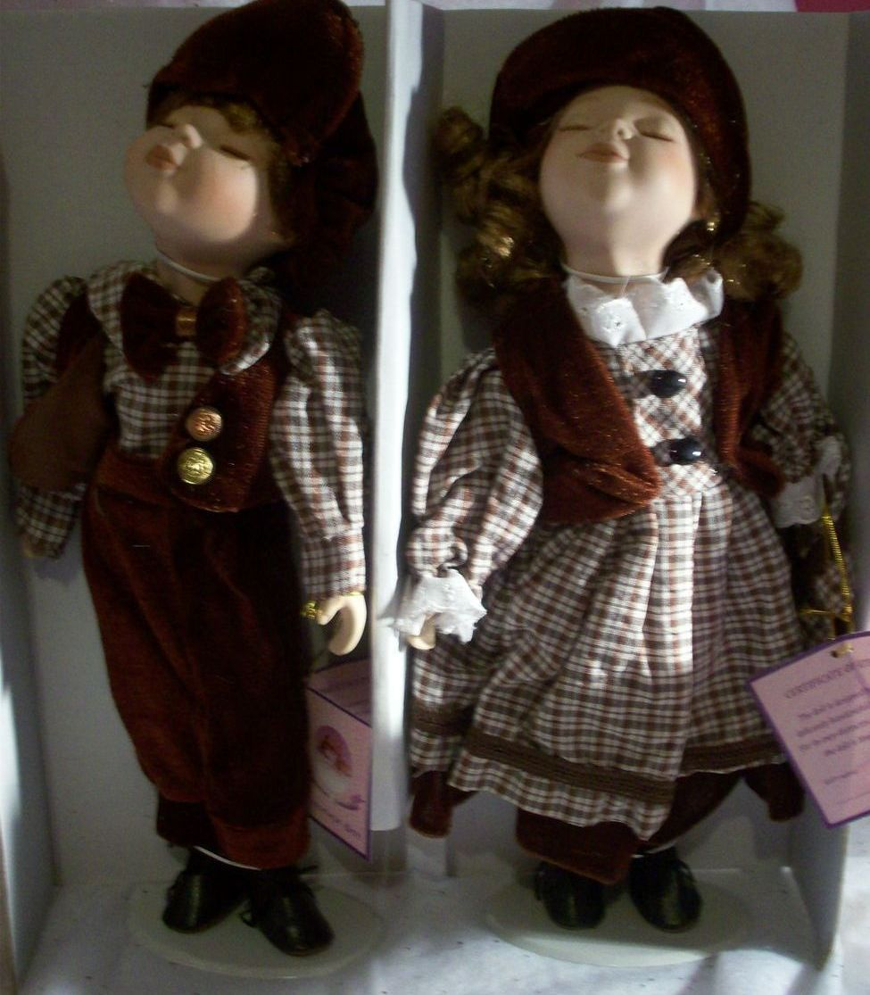Porcelain  Kissing  Dolls  With  Stand  NWOT