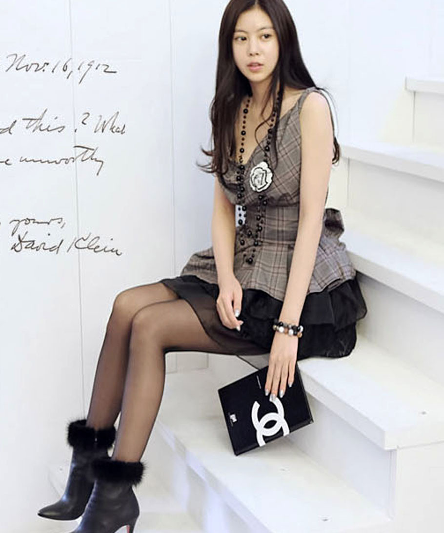 2012_spring_summer_checks_top_black_skirt_set_model_sit