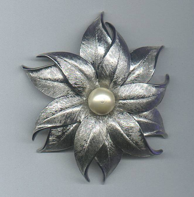Silver_flower_with_pearl_pin_1