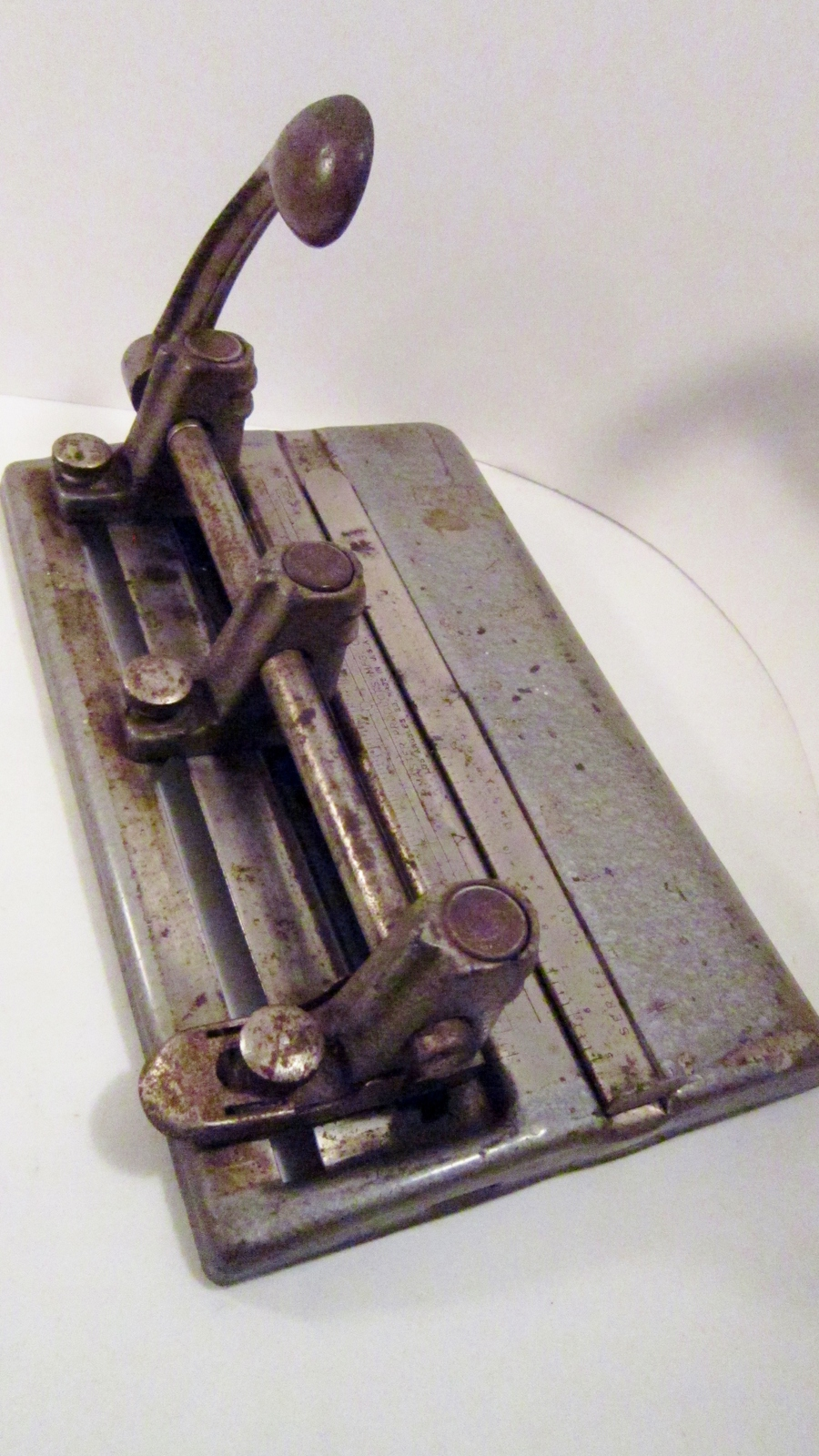 Steel_three-hole_punch_1950s_master_series_1000_made_in_usa_01